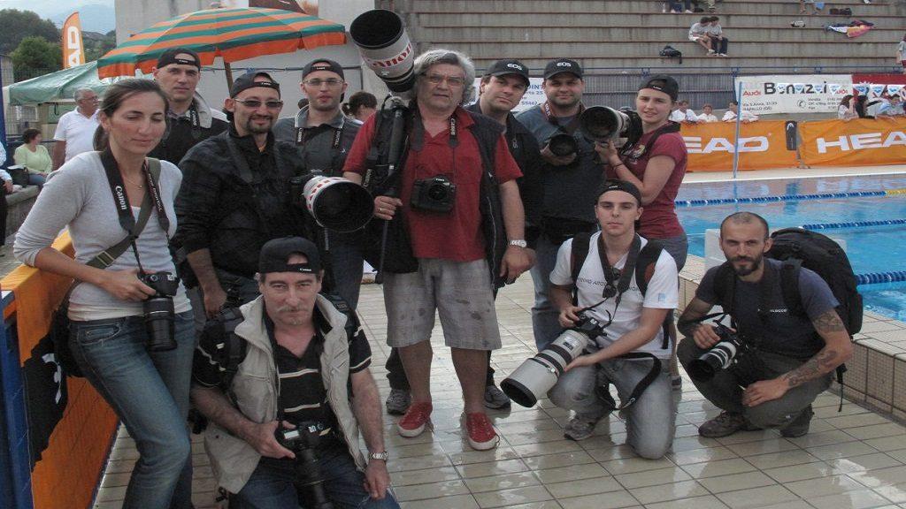 Massimo Lovati con i partecipanti di un precedente workshop sulla fotografia di Nuoto nella piscina di Rapallo