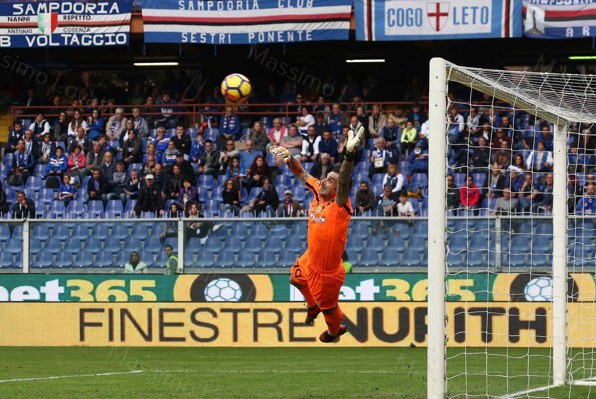 29/10/2017, Genova Campionato di calcio Serie A, Sampdoria - Chievo,nella foto Sorrentino non para il tiro goal , su punizione, di Torreira
