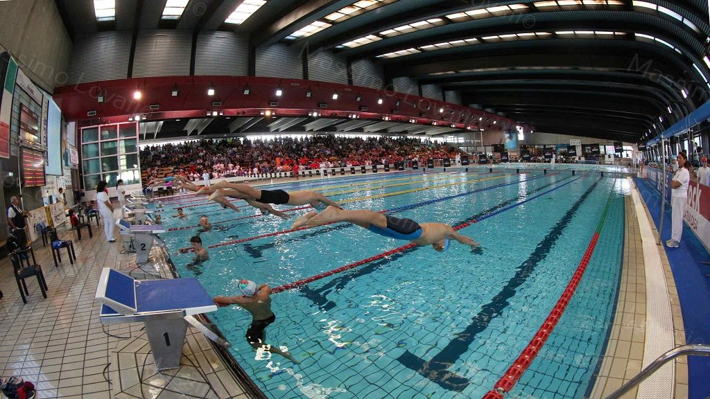 Partenza dal blocco dei nuotatori in gara alla Piscina Sciorba