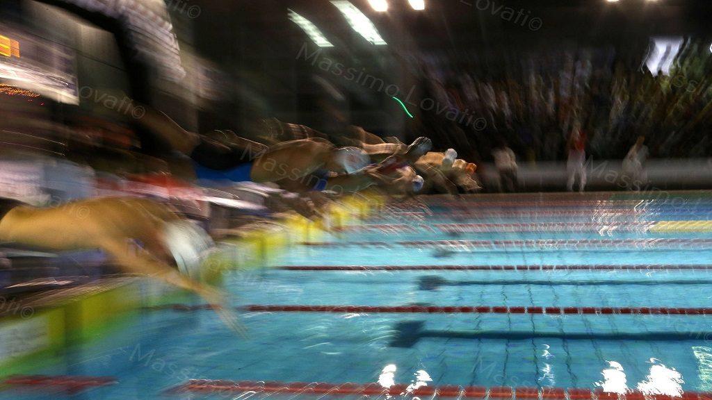 Partenza dinamica dei nuotatori in gara alla piscina Sciorba