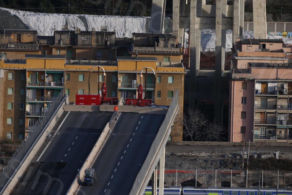 29/01/2019, Operazioni preliminari per il taglio della pila 8 del moncone ovest del Ponte Morandi e gli Strand Jack