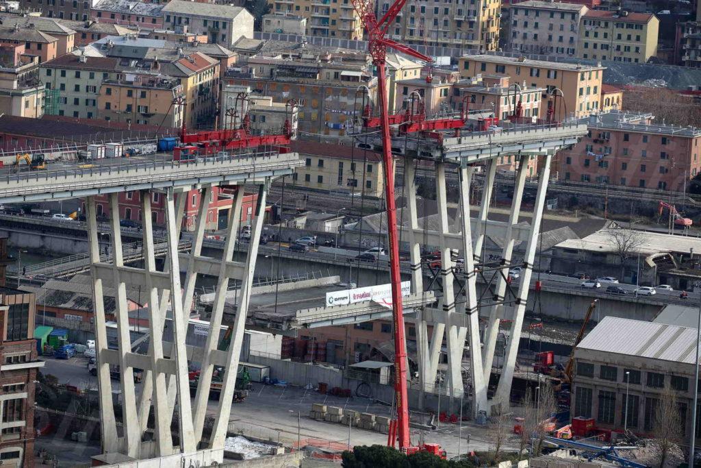09/02/2019, Genova, fasi finali di demolizione del Ponte Morandi tra pila 8 e 7: sequenza della discesa controllata dell impalcato (Omini e Fagioli)