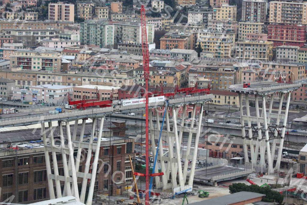 19/02/2019, Genova, lavori preparatori per la discesa controllata dell'impalcato tra la pila 6 e 7 del Ponte Morandi