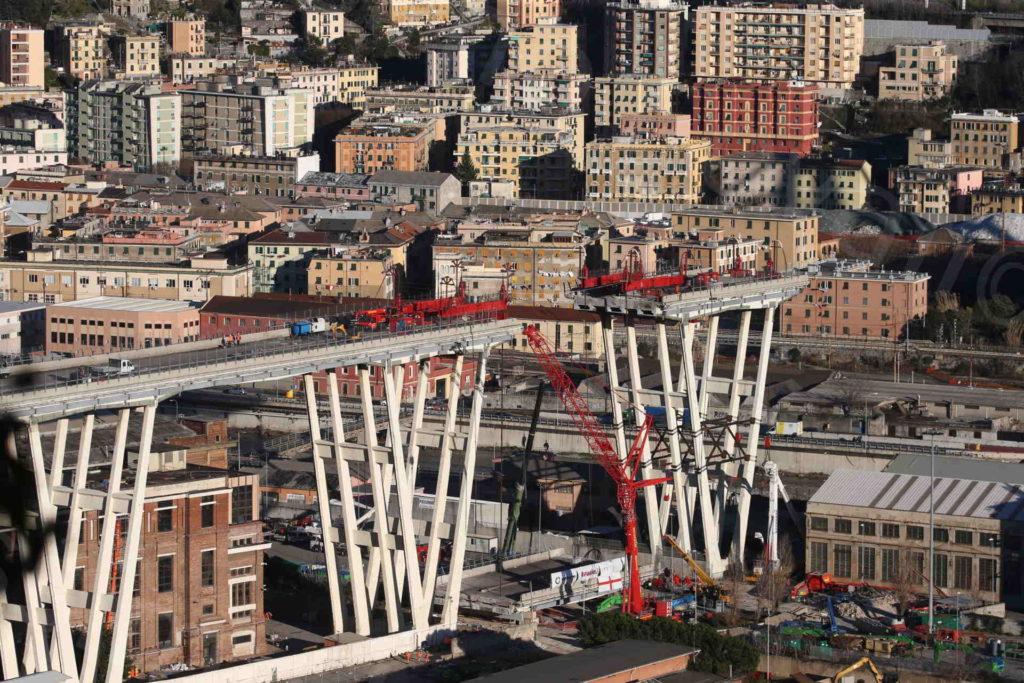 11/02/2019, Genova, demolizione Ponte Morandi: impalcato a terra tra pila 8 e 7, tecnici di Omini e Fagioli al lavoro