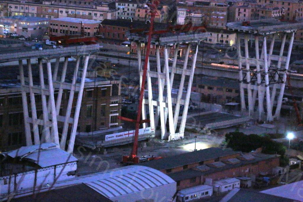 20/02/2019, Genova, Discesa controllata dell'impalcato del Ponte Morandi tra la pila 6 e la pila 7 con Strand Jack (tecnici di Omini e Fagioli)