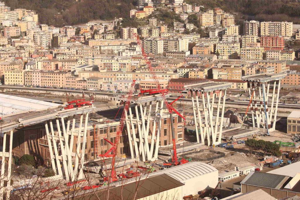 05/03/2019, Genova, Demolizione Ponte Morandi: impalcato tra pila 5 e 6 a terra ; preparativi per demolizione con esplosivi sotto l'impalcato della pila 8