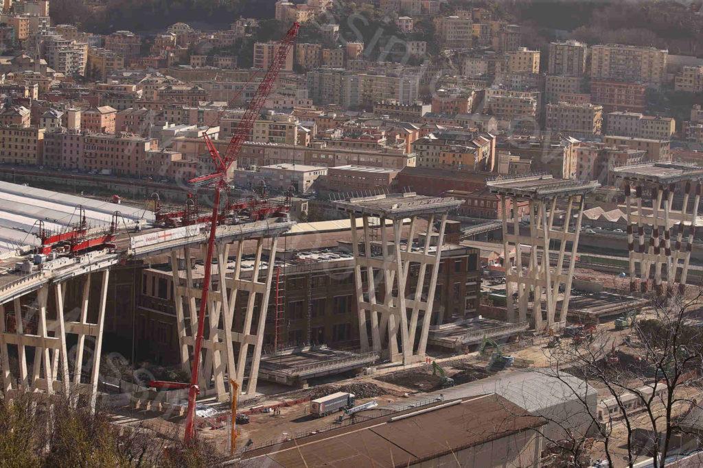 15/03/2019, Genova, Demolizione Ponte Morandi: Discesa dell' impalcato tra pila 4 e 5, torri di sostegno tra pila 10 e 11