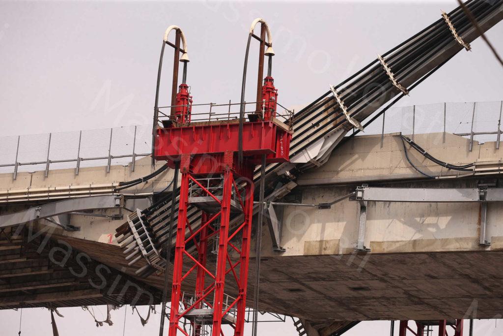 02/04/2019, Genova, Demolizione Ponte Morandi,l'impalcato a terra tra pila 3 e 4; torri di sostegno con Strand Jacks tra pila 10 e 11