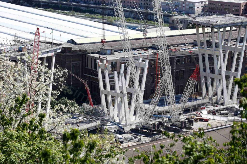 30/04/2029 Genova Smantellamento della Pila 5 del Ponte Morandi, Torri montate tra pila 9 e 10