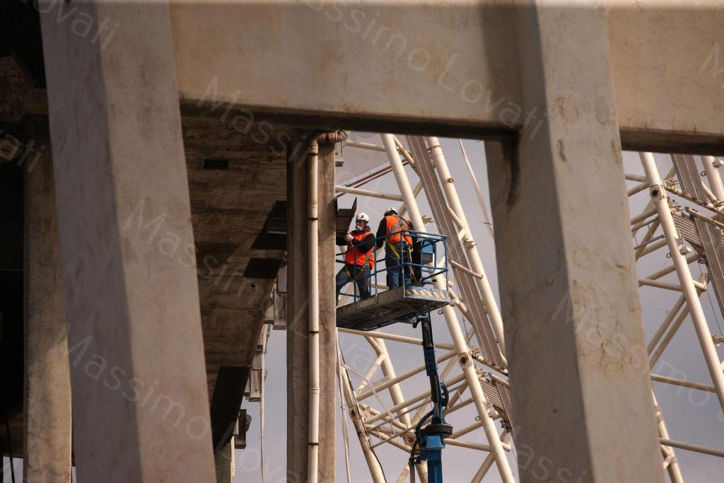 12/04/2019, Genova, Demolizione della pila 5 del Ponte Morandi: tecnici posizionano lastre di acciaio sotto l'impalcato