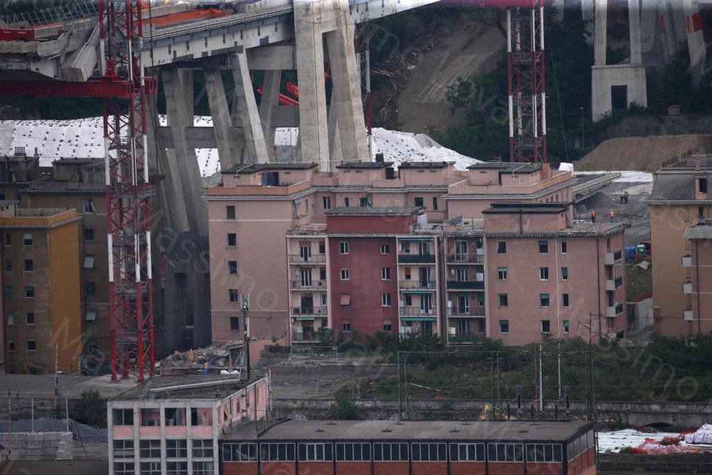 10/06/2019, Genova, Demolizione Pila 7del Ponte Morandi e Civico 10 di Via Porro demolito: macerie a dx della torre di sostegno
