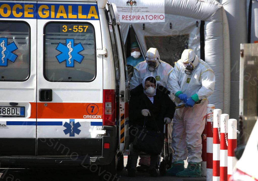 25/03/2020, Genova Pronto Soccorso dell Ospedale San Martino, Paziente presunta affetta da COVID19 arriva in ambulanza