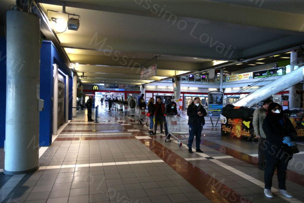 23/03/2020, Genova persone in fila per fare la spesa alla COOP del Terminal Traghetti