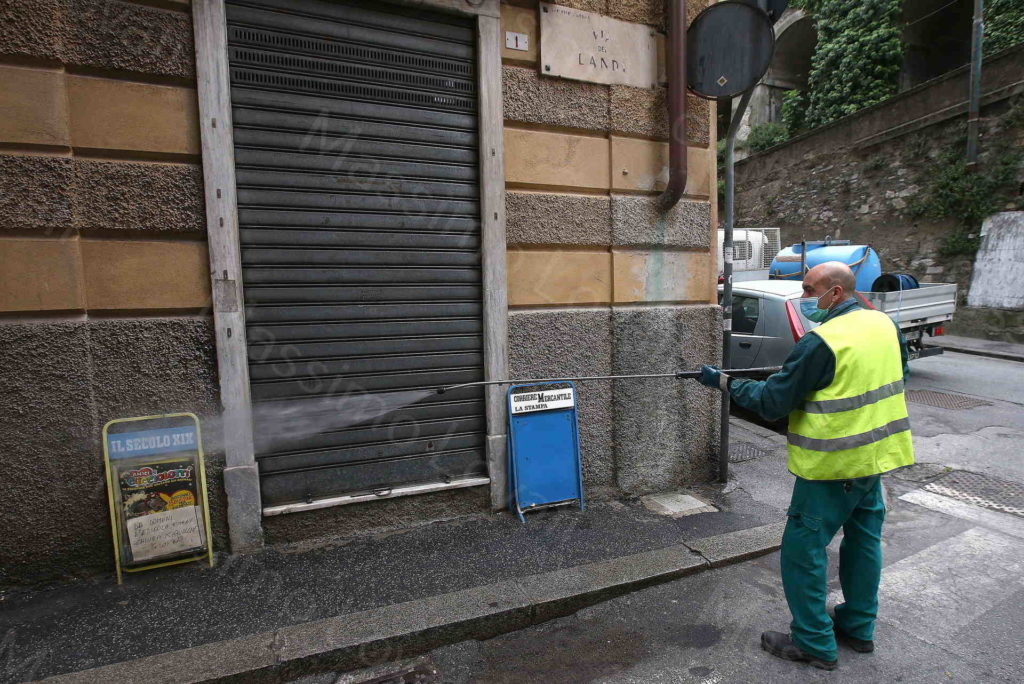 18/04/2020, Genova, Sanificazione dei marciapiedi e dei cassonetti dei rifiuti