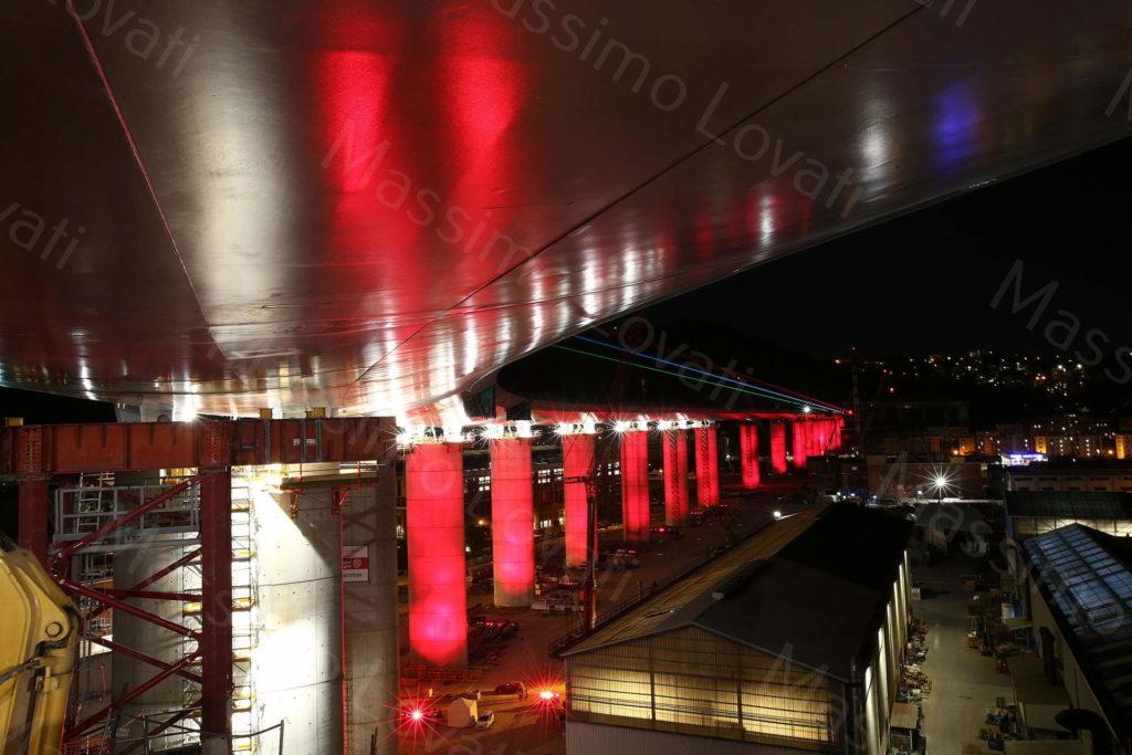 08/05/2020, Genova, Il Nuovo Ponte sul Polcevera illuminato di rosso in omaggio alla Croce Rossa