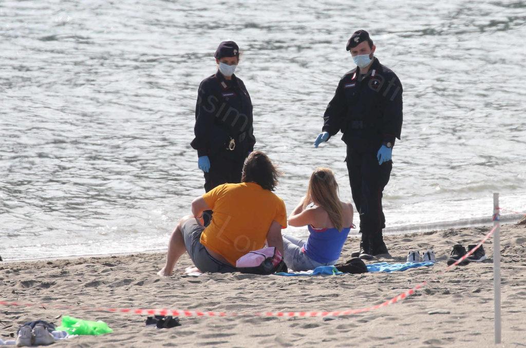 24/05/2020, Moneglia (Genova), persone sostano sulla spiaggia