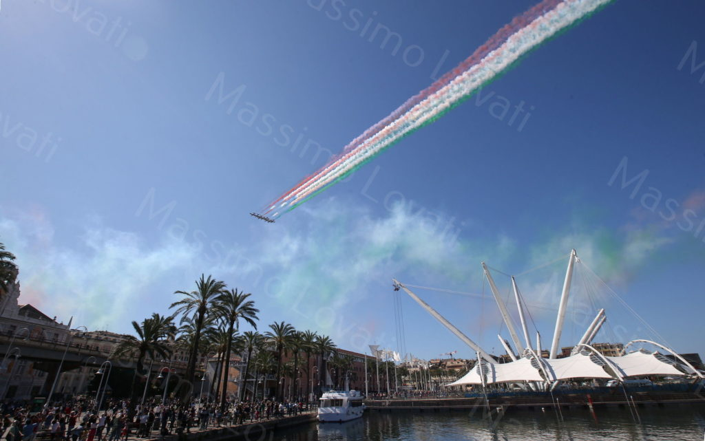 26/05/2020, Genova, Le frecce Tricolori (Pattuglia Acrobatica Nazionale) sorvolano l'Expo e l'Acquario