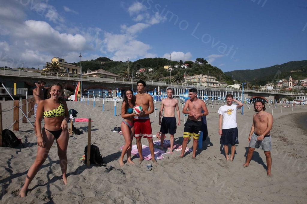 31/05/2020, Moneglia (Genova), Bagnanti in spiagge libere tra i paletti di distanziamento e in stabilimenti balneari in postazioni distanziate