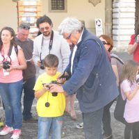 Pesaro  27/05/2012 Massimo Lovati  imposta tempi e diaframmi  al piccolo Enrico Barbuio di 9 anni , attivo partecipante al workshop family nell'ambito di Pesaro Photo Festival
